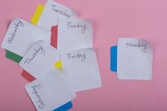 Os dias da semana - as etiquetas de papel unidas ao fundo cor-de-rosa s?o imagem de stock royalty free