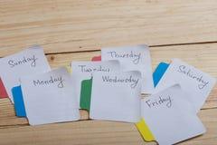 Os dias da semana - as etiquetas de papel unidas ? placa s?o imagens de stock royalty free