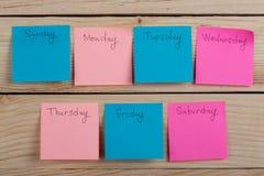 Os dias da semana - as etiquetas de papel unidas ? placa s?o foto de stock