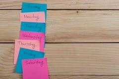 Os dias da semana - as etiquetas de papel unidas ? placa s?o imagens de stock