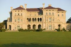 Os disjuntores, construídos por Cornelius Vanderbilt da idade dourada, como visto em Cliff Walk, mansões de Cliffside de Newport  imagens de stock royalty free