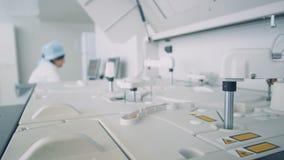 Os dispositivos especiais funcionarem no laboratório moderno, quando os cientistas que trabalham com computadores video estoque