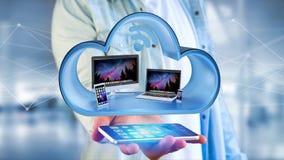 Os dispositivos gostam do smartphone, da tabuleta ou do computador indicados em uma nuvem Imagens de Stock Royalty Free