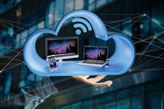 Os dispositivos gostam do smartphone, da tabuleta ou do computador indicados em uma nuvem Imagem de Stock