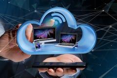 Os dispositivos gostam do smartphone, da tabuleta ou do computador indicados em uma nuvem Fotografia de Stock Royalty Free