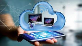 Os dispositivos gostam do smartphone, da tabuleta ou do computador indicados em uma nuvem Imagens de Stock
