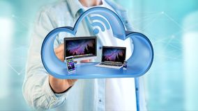 Os dispositivos gostam do smartphone, da tabuleta ou do computador indicados em uma nuvem Imagem de Stock Royalty Free