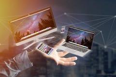 Os dispositivos gostam do smartphone, da tabuleta ou do computador voando sobre o connecti Imagens de Stock