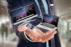 Os dispositivos gostam do smartphone, da tabuleta ou do computador voando sobre o connecti Fotografia de Stock