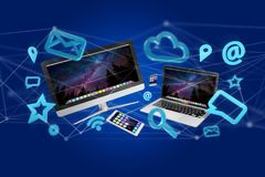 Os dispositivos gostam do smartphone, da tabuleta ou do computador voando sobre o connecti Foto de Stock