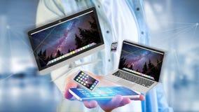 Os dispositivos gostam do smartphone, da tabuleta ou do computador voando sobre o connecti Fotos de Stock
