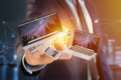 Os dispositivos gostam do smartphone, da tabuleta ou do computador voando sobre o connecti Foto de Stock Royalty Free