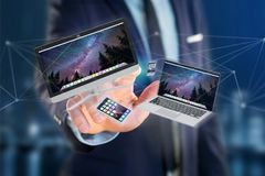 Os dispositivos gostam do smartphone, da tabuleta ou do computador voando sobre o connecti Imagem de Stock Royalty Free