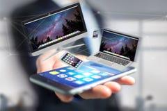 Os dispositivos gostam do smartphone, da tabuleta ou do computador voando sobre o connecti Imagem de Stock