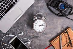 Os dispositivos para passar o tempo livre encontram-se em um tampo da mesa imagens de stock