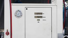 Os distribuidores da bomba de combustível fecham-se acima imagem de stock