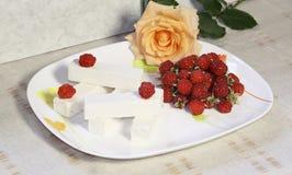Os doces brancos doces da fruta e uma framboesa Fotografia de Stock