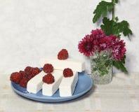 Os doces brancos doces da fruta e uma framboesa Imagem de Stock Royalty Free