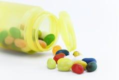 Os doces coloridos dentro podem Imagem de Stock