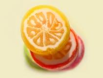 Os doces coloridos redondos estão na tabela Fotos de Stock Royalty Free