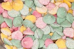 Os doces cor-de-rosa, amarelos e verdes deixam cair deleites. Fotografia de Stock
