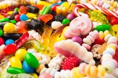 Os doces diferentes com close up picam o crânio para a doçura ou travessura Fotos de Stock