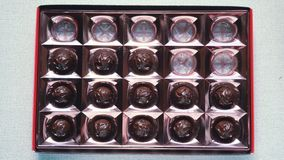 Os doces do chocolate desaparecem da caixa vídeos de arquivo