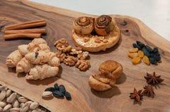 Os doces e as pastelarias orientais encontram-se em um corte coaxial de uma placa de madeira imagem de stock