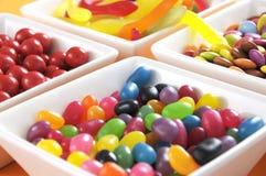 Os doces felizes de Dia das Bruxas no branco quadrado rolam close up Imagens de Stock
