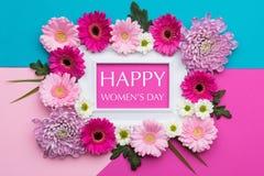 Os doces pasteis do dia feliz do ` s das mulheres colorem o fundo Configuração floral do plano Imagens de Stock Royalty Free