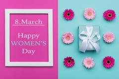 Os doces pasteis do dia feliz do ` s das mulheres colorem o fundo Configuração lisa do dia floral das mulheres com presente belam Fotos de Stock Royalty Free
