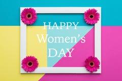Os doces pasteis do dia feliz do ` s das mulheres coloriram o fundo Cartão floral da configuração do plano do dia das mulheres Imagem de Stock