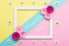 Os doces pasteis do dia feliz do ` s das mulheres coloriram o fundo Cartão floral da configuração do plano do dia das mulheres Fotos de Stock