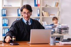 Os dois advogados que trabalham no escrit?rio foto de stock royalty free