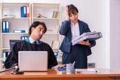 Os dois advogados que trabalham no escrit?rio foto de stock