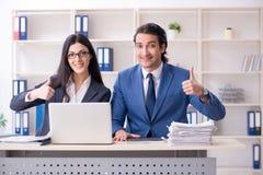 Os dois empregados que trabalham no escrit?rio foto de stock royalty free