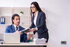 Os dois empregados que trabalham no escrit?rio imagens de stock royalty free