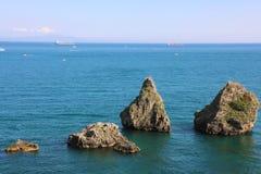 Os dois irmãos, grandes formações de rocha, égua do sul de Vietri, costa de Amalfi, Itália imagens de stock