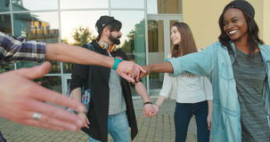 Os dois pares multiculturais felizes do moderno são de dança e de aperto durante sua caminhada filme