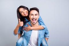 Os dois povos entusiasmado no amor estão tendo o divertimento, ele adoram-se fotografia de stock royalty free