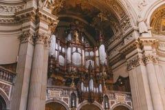 os DOM antigos bonitos do berlinês interiores em Berlim, Alemanha Fotografia de Stock