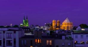 Os DOM da água de Colônia e da igreja grande na noite fotografia de stock
