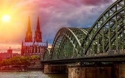 Os DOM de Der Kölner/catedral na água de Colônia Imagens de Stock