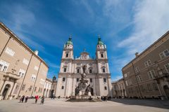 Os DOM de Salzburger da catedral de Salzburg e a coluna mariana em Domplatz esquadram em Salzburg, Áustria foto de stock royalty free