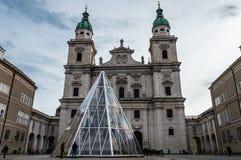 Os DOM de Salzburger da catedral de Salzburg e a coluna mariana em Domplatz esquadram em Salzburg, ?ustria fotos de stock royalty free