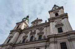 Os DOM de Salzburger da catedral de Salzburg e a coluna mariana em Domplatz esquadram em Salzburg, ?ustria fotos de stock