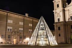 Os DOM de Salzburger da catedral de Salzburg e a coluna mariana em Domplatz esquadram em Salzburg, ?ustria fotografia de stock