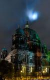 Os DOM do berlinês na noite imagem de stock royalty free