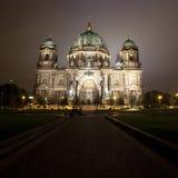 Os DOM do berlinês na noite (& na torre da tevê) fotografia de stock