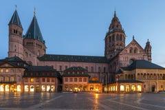 Os DOM kathedral velhos na cidade de Mainz, Alemanha na noite foto de stock
